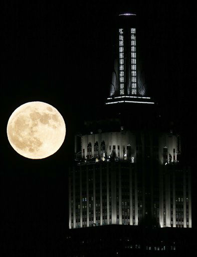 A full moon rises near the Empire State Building, as seen from Hoboken, N.J., Wednesday, Nov. 28, 2012. &#40;AP Photo&#47;Julio Cortez&#41; <span class=meta>(AP Photo&#47; Julio Cortez)</span>