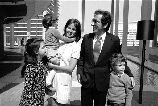 French-born actress Claudine Longet tells her feelings about becoming an American citizen in a ceremony in Los Angeles on April 28, 1972. Her husband, singer Andy Williams, and her children, Noelle, 8, Robert, 2&frac12; and Christian, 7, accompanied her. &#40;AP Photo&#47;George Brich&#41; <span class=meta>(AP Photo&#47; George Brich)</span>