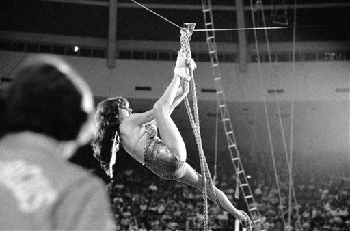 Carla Wallenda climbs down a cable 80 feet in the air at a circus in Jacksonville, Florida on Sept. 30, 1972. This was her first performance since her husband fell to his death in an aerial act two months ago. &#40;AP Photo&#47;Steve Starr&#41; <span class=meta>(AP Photo&#47; Steve Starr)</span>