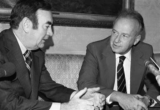 Israeli Prime Minister Yitzhak Rabin, right, meets with New York Governor Hugh Carey in New York City, June 14, 1975.  &#40;AP Photo&#47;Suzanne Vlamis&#41; <span class=meta>(AP Photo&#47; Suzanne Vlamis)</span>