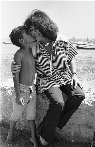 "<div class=""meta ""><span class=""caption-text "">American actress Elizabeth Taylor receives a kiss from a young Egyptian boy during her visit to the yacht club of Egypt in Alexandria, Egypt on Sept. 18, 1979.   Miss Taylor flew to Alexandria in President Anwar Sadat?s jet and went sightseeing for two hours before returning to Cairo. (AP Photo/ Bill Foley) (AP Photo/ Bill Foley)</span></div>"