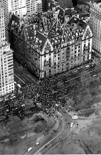 A large crowd gathers in Central Park to pay final tribute to slain musician John Lennon in New York City on Dec. 15, 1980. &#40;AP Photo&#47;Dave Pickoff&#41; <span class=meta>(AP Photo&#47; DAVE PICKOFF)</span>