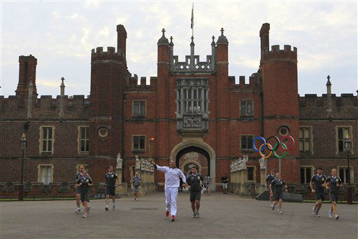 "<div class=""meta ""><span class=""caption-text "">Four-time Olympic rowing gold medallist Matthew Pinsent runs through Hampton Court Palace in London with the Olympic Torch on the final day of the Torch Relay, Friday, July 27, 2012. (AP Photo/Sang Tan) (AP Photo/ Sang Tan)</span></div>"