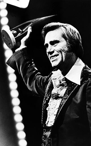 "<div class=""meta ""><span class=""caption-text "">Singer George Jones accepts his 1980 award for best male vocalist at the Country Music Association (CMA) awards show in Nashville, Tenn., Oct. 13, 1981.  (AP Photo) (AP Photo/ XNBG)</span></div>"