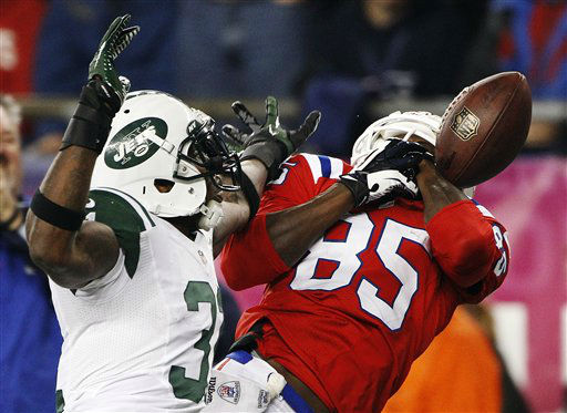 New England Patriots wide receiver Brandon Lloyd &#40;85&#41; cannot catch a pass in front of New York Jets cornerback Antonio Cromartie &#40;31&#41; in the fourth quarter of an NFL football game in Foxborough, Mass., Sunday, Oct. 21, 2012. &#40;AP Photo&#47;Stephan Savoia&#41; <span class=meta>(AP Photo&#47; Stephan Savoia)</span>