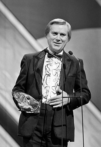"<div class=""meta image-caption""><div class=""origin-logo origin-image ""><span></span></div><span class=""caption-text"">Singer George Jones accepts his 1985 award at the Country Music Association (CMA) awards show in Nashville, Tenn., in Oct. 1986.  Jones won music video of the year for ""Who's Gonna Fill Their Shoes.""  (AP Photo) (AP Photo/ XNBG)</span></div>"