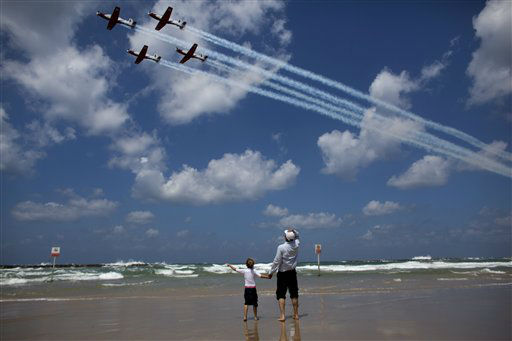Israelis watch an air show during Independence Day in Tel Aviv, Tuesday, April 16, 2013. Israel is celebrating its annual Independence Day, marking 65 years since the founding of the state in 1948. &#40;AP Photo&#47;Dusan Vranic&#41; <span class=meta>(AP Photo&#47; Dusan Vranic)</span>