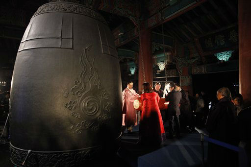 Seoul mayor Park Won-soon, centre, and participants hit a huge traditional bell to welcome the new year at Bosingak pavilion in central Seoul  Monday Jan. 1, 2013.  &#40;AP Photo&#47;Kim Hong-Ji , Pool&#41; <span class=meta>(AP Photo&#47; KIM HONG-JI)</span>