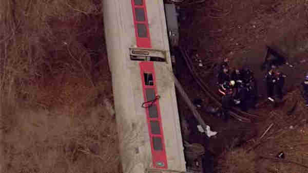 "<div class=""meta ""><span class=""caption-text "">A Metro-North train derailed in the Bronx Sunday morning, leaving 4 people dead and dozens of others injured.</span></div>"