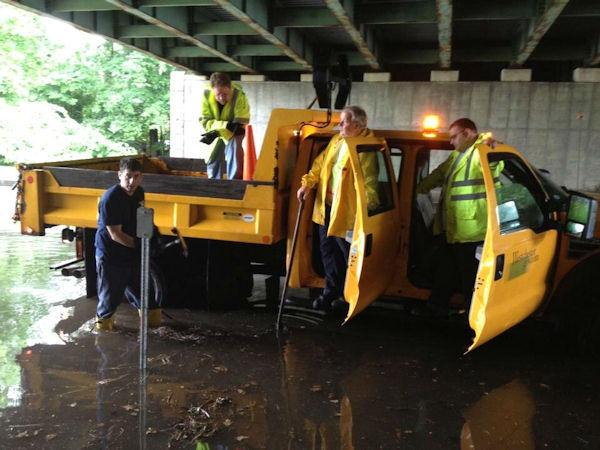 Road crews in Westchester clear storm drains on Bronx River Pkwy (Joe Torres)