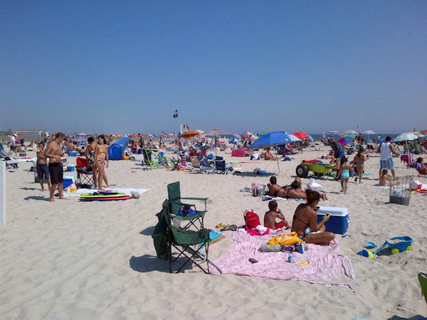 "<div class=""meta image-caption""><div class=""origin-logo origin-image ""><span></span></div><span class=""caption-text"">Photo from Jones Beach, Long Island as thousands gather to spend Labor Day weekend.  (Kristin Thorne, Eyewitness News)</span></div>"