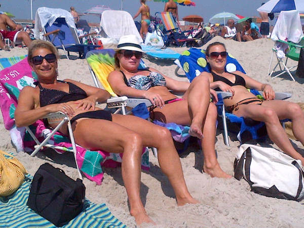 Photo from Jones Beach, Long Island as thousands gather to spend Labor Day weekend.  (Kristin Thorne, Eyewitness News)