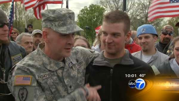 Emotional homecoming for returning Ind. guardsman