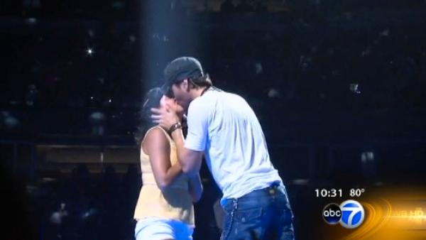 Fan gets kiss from Enrique Iglesias at United Center
