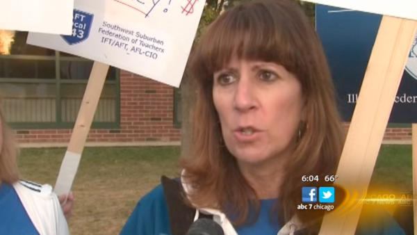 Evergreen Park teachers hit the picket lines