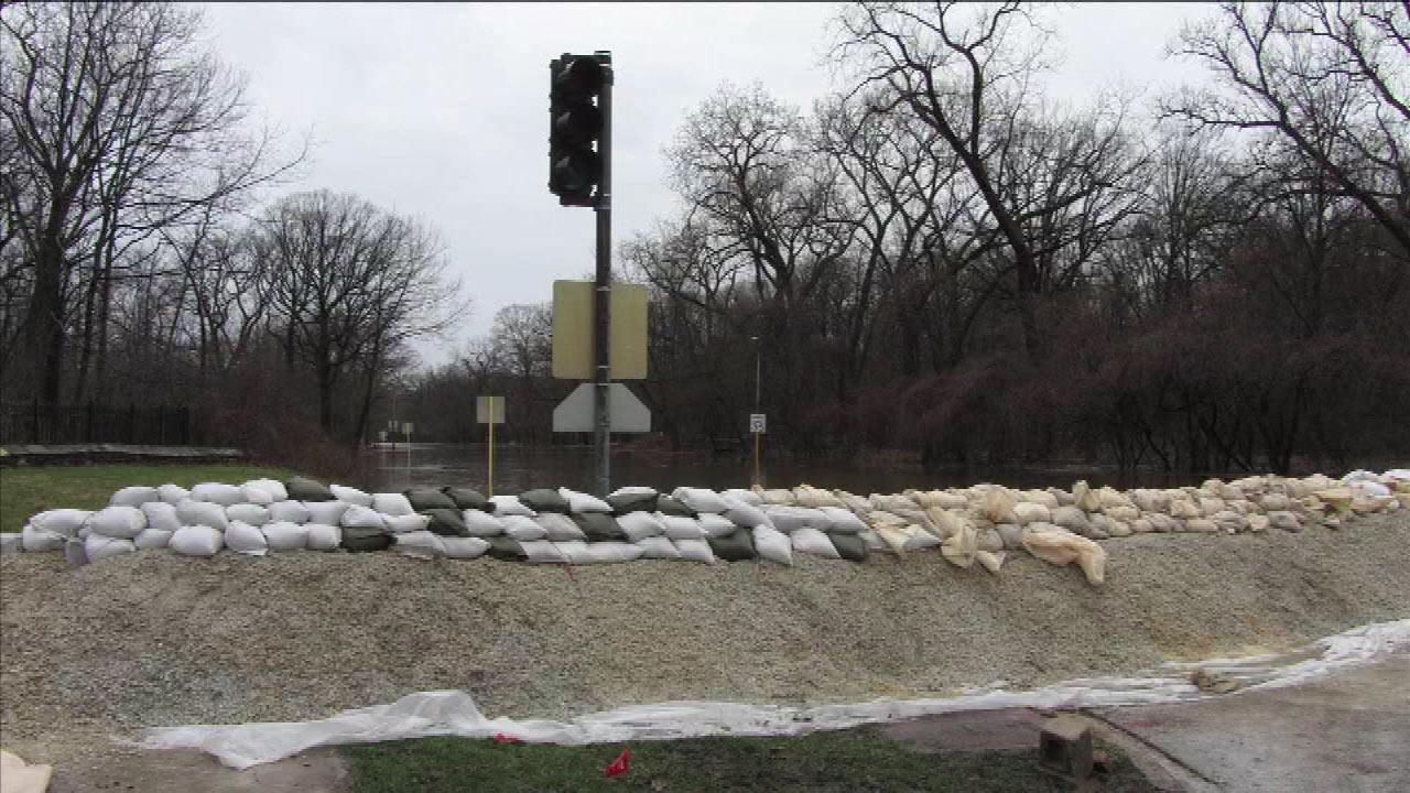 Students helping to fill sand bags along the Des Plaines RiverABC7's Roz Varon
