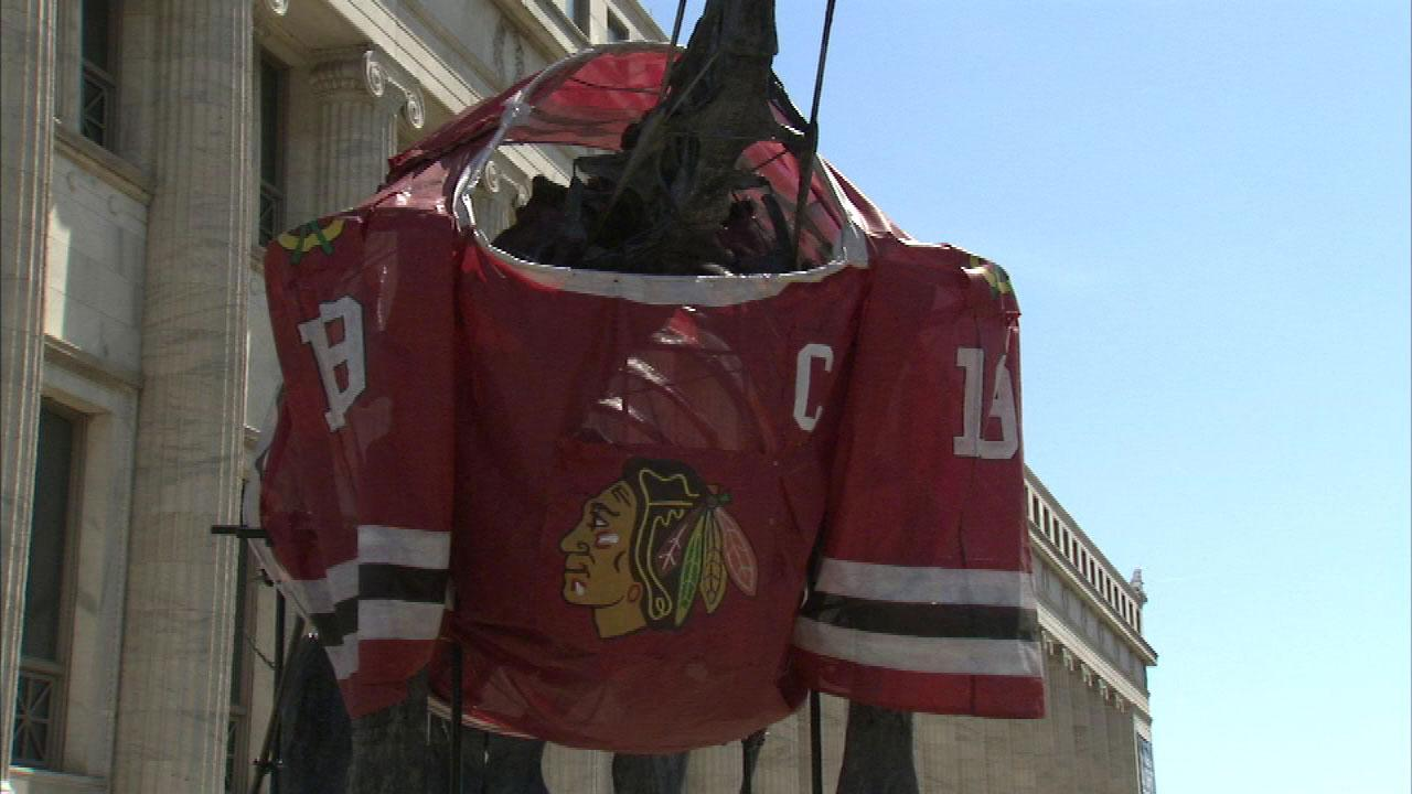 As the Blackhawks look ahead to the Stanley Cup playoffs, they are getting support from Chicagos biggest sports fan, the brachiosaurus outside the Field Museum.