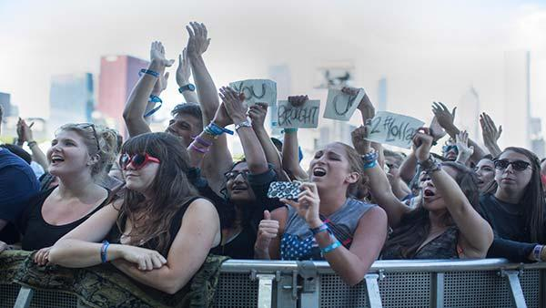 Ben Howard fans hold up a sign that says