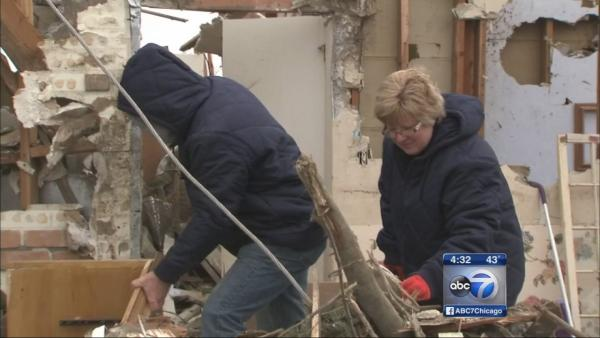 Washington residents look for memories in rubble