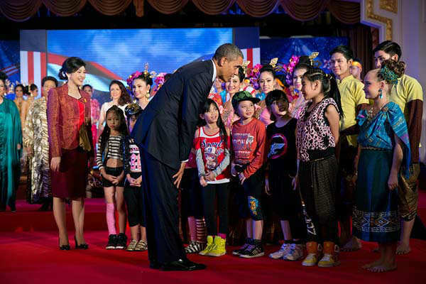 President Barack Obama and Thai Prime Minister Yingluck Shinawatra greet young performers during a dinner at the Government House in Bangkok, Thailand, Nov. 18, 2012.  <span class=meta>(Official White House Photo by Pete Souza)</span>