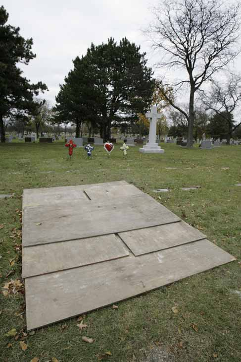 The empty grave of Kathleen Savio is shown on November 15, 2007. Her body was exhumed after investigators decided to reopen the case following the disapperance of Stacy Peterson.  Drew Peterson was found guilty of first-degree murder in Savio&#39;s death on September 6, 2012.  <span class=meta>(AP Photo&#47;M. Spencer Green)</span>
