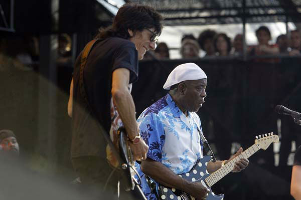 "<div class=""meta ""><span class=""caption-text "">Ronnie Wood, left, and Buddy Guy perform during the Crossroads Guitar Festival Saturday, June 26, 2010 in Chicago. (AP Photo/Kiichiro Sato) (AP Photo/ Kiichiro Sato)</span></div>"
