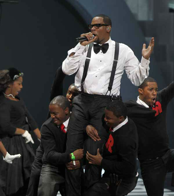 "<div class=""meta ""><span class=""caption-text "">Singer R. Kelly performs during the Soul Train awards Wednesday, Nov. 10, 2010 in Atlanta. (AP Photo/David Goldman) (AP Photo/ David Goldman)</span></div>"