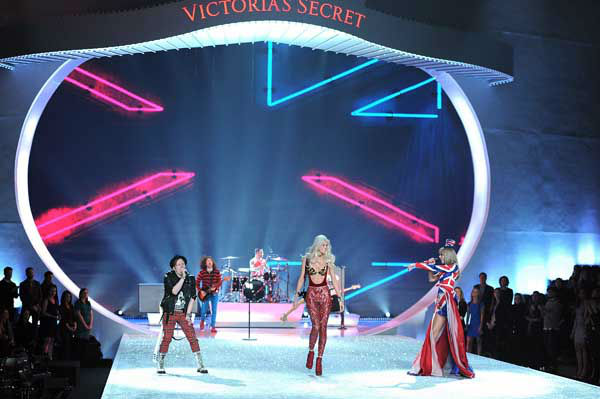 "<div class=""meta ""><span class=""caption-text "">Singers Patrick Stump of Fall Out Boy, left, and Taylor Swift, right, perform together as a model walks the runway during the 2013 Victoria's Secret Fashion Show at the 69th Regiment Armory on Wednesday, Nov. 13, 2013 in New York. (Photo by Evan Agostini/Invision/AP) (Photo/Evan Agostini)</span></div>"