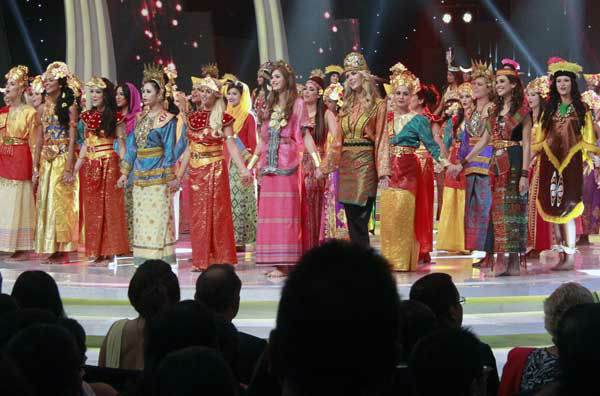 "<div class=""meta image-caption""><div class=""origin-logo origin-image ""><span></span></div><span class=""caption-text"">In this Sunday, Sept. 8, 2013 photo, contestants wear traditional Indonesian outfits during the opening ceremony of Miss World 2013 pageant in Nusa Dua, Bali, Indonesia. Beauty queens and backstage drama may seem inevitable, but at this year's Miss World competition, something more serious than hair-pulling and name-calling has come from host country Indonesia: Muslim hardliners have threatened to hijack the competition despite major concessions from the government and organizers. (AP Photo/Firdia Lisnawati) (Photo/Firdia Lisnawati)</span></div>"