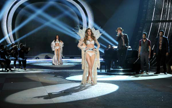"<div class=""meta ""><span class=""caption-text "">Modesl walk the runway while singer Bruno Mars performs during the 2012 Victoria's Secret Fashion Show on Wednesday Nov. 7, 2012 in New York. The show will be Broadcast on Tuesday, Dec. 4 (10:00 PM, ET/PT) on CBS. (Photo by Evan Agostini/Invision/AP) (AP Photo/ Evan Agostini)</span></div>"