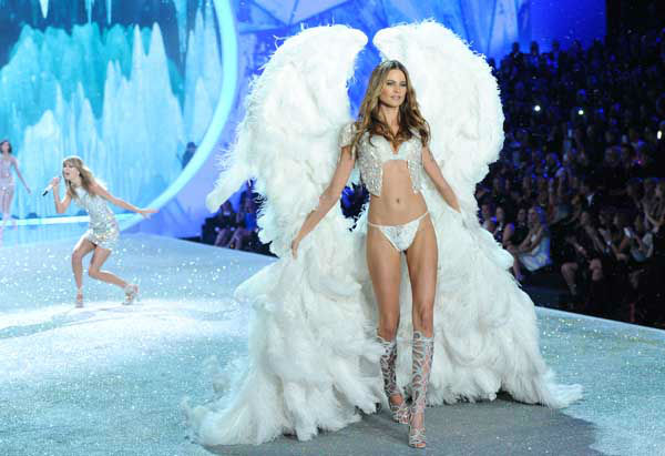Model Behati Prinsloo walks the runway while Taylor Swift performs during the 2013 Victoria&#39;s Secret Fashion Show at the 69th Regiment Armory on Wednesday, Nov. 13, 2013 in New York. &#40;Photo by Evan Agostini&#47;Invision&#47;AP&#41; <span class=meta>(Photo&#47;Evan Agostini)</span>