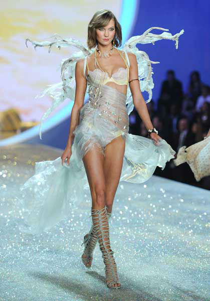 "<div class=""meta image-caption""><div class=""origin-logo origin-image ""><span></span></div><span class=""caption-text"">Model Karlie Kloss walks the runway during the 2013 Victoria's Secret Fashion Show at the 69th Regiment Armory on Wednesday, Nov. 13, 2013 in New York. (Photo by Evan Agostini/Invision/AP) (Photo/Evan Agostini)</span></div>"