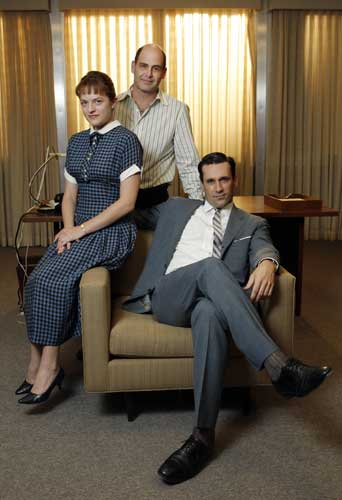 "<div class=""meta ""><span class=""caption-text "">Matthew Weiner, center, creator of the ""Mad Men"" television series on AMC, is joined on the show's set by stars Jon Hamm and Elisabeth Moss in Los Angeles Friday, June 29, 2007.  (AP Photo/Kevork Djansezian)</span></div>"