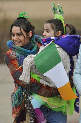 Sara Harrison along with daughter Laney 5, of Whiting Ind., watch the St. Patrick&#39;s Day parade in Chicago, Saturday, March, 16, 2013. &#40;AP Photo&#47;Paul Beaty&#41; <span class=meta>(AP Photo&#47; PAUL BEATY)</span>