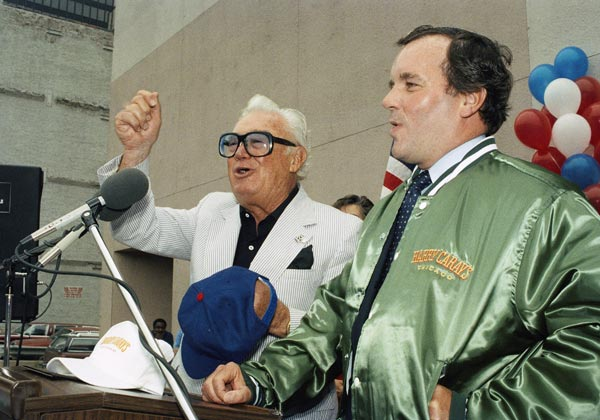 "Chicago Cub's broadcaster Harry Caray leads Mayor Richard M. Daley in a rendition of ""Take Me out to the Ballgame"" August 26, 1989 in Chicago.(AP)"