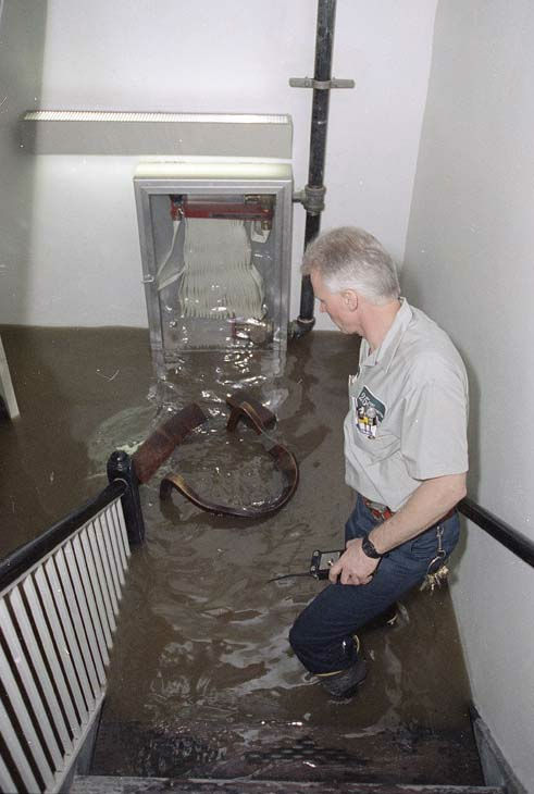 Engineer Jerry Pietras watches as water rises in the basement of a building in Chicago&#39;s Loop, April 13, 1992.  <span class=meta>(AP Photo)</span>