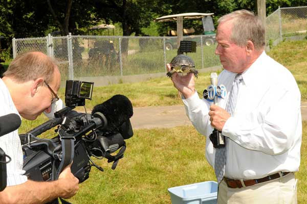 "<div class=""meta ""><span class=""caption-text "">ABC7 reporter Frank Mathie and photographer Rich Hillengas at Brookfield Zoo on July 16, 2013. (Jim Schulz/Chicago Zoological Society)</span></div>"