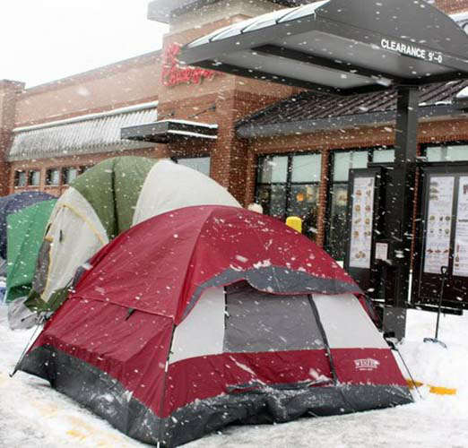 Would you wait outside in this cold to get free Chick-fil-A -- for a year?  For dozens of people in Elmhurst, that&#39;s a &#39;&#39;yes.&#39;&#39; <span class=meta>(WLS Photo&#47;Chick-fil-A)</span>
