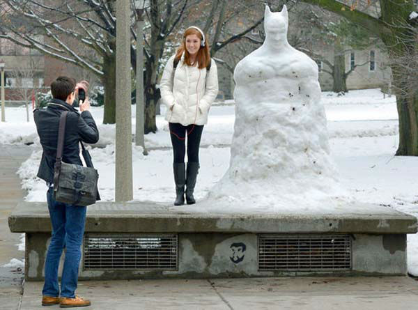An art major created a larger-than-life Batman out of snow at Illinois State University.  <span class=meta>(Joe Lagiglia, viewer-submitted photo via useeit@abc7chicago.com.)</span>