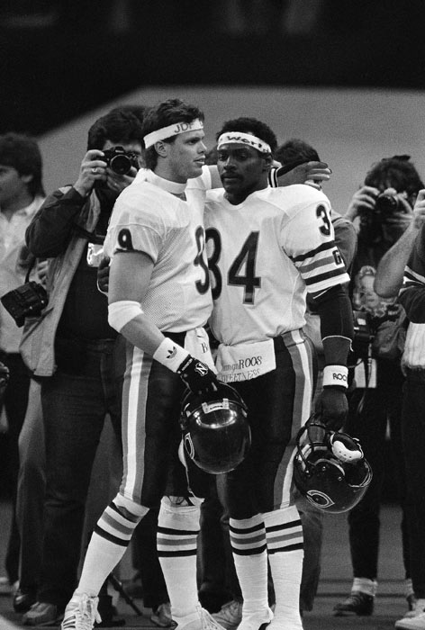 Chicago Bears Jim McMahon and Walter Payton, right, sport headbands with messages at Super Bowl XX in New Orleans on Sunday, Jan. 26, 1986.  (AP Photo/John Swart)