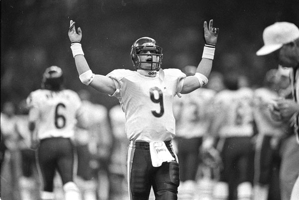 Chicago Bears quarterback Jim McMahon works the crowd as the Chicago Bears play the New England Patriots in Super Bowl XX in New Orleans, La., on Jan. 26, 1986. (AP Photo/John Swart)