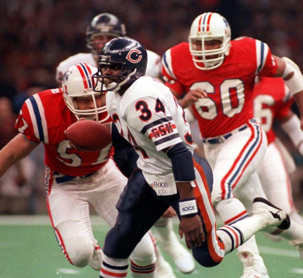 Chicago Bears' Walter Payton runs with the ball Sunday Jan. 27, 1986 during Super Bowl XX in New Orleans.  The Bears defeated the New England Patriots 46-10 to win Super Bowl XX.  (AP Photo/Red McLendon)