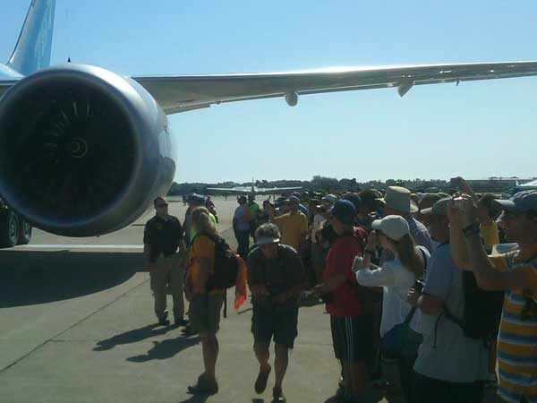 The 787&#39;s wingtip passes over a crowd of onlookers as a tug pulls the plane into position. <span class=meta>(ABC7&#39;s Ben Bradley)</span>