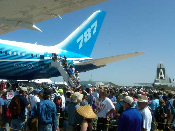 Line of people waiting to see the 787 <span class=meta>(ABC7&#39;s Ben Bradley)</span>