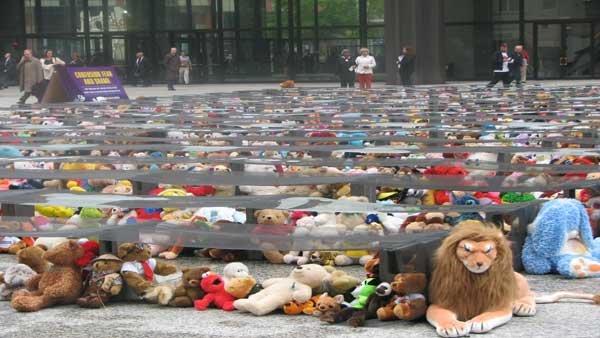 An estimated 3,000 cases of child sexual abuse go unreported in Chicago annually. On Monday, April 30, 2012, at the Daley Plaza, the Chicago Children&#39;s Advocacy Center hosted Voices for 3,000, an exhibit and rally featuring thousands of stuffed animals representing the children who suffer in silence.  <span class=meta>(ABC 7 Chicago&#47;Joanna Wesoly)</span>