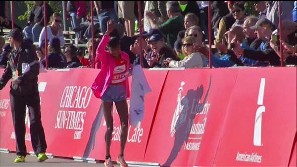 The first woman to cross the finish line at the Chicago Marathon 2013 was Rita Jeptoo,of Kenya, at 2:19:15.