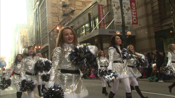 "<div class=""meta image-caption""><div class=""origin-logo origin-image ""><span></span></div><span class=""caption-text"">Warm weather and holiday cheer brought thousands of Chicago-area residents to State Street for the annual Thanksgiving Day Parade.  (WLS Photo)</span></div>"