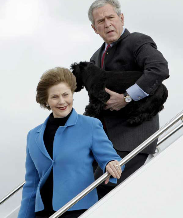 "<div class=""meta image-caption""><div class=""origin-logo origin-image ""><span></span></div><span class=""caption-text"">President George W. Bush, right, carries his dog Barney as he arrives for his vacation with first lady Laura Bush, left, on Friday, Dec. 26, 2008 in Waco, Texas.  (AP Photo/Evan Vucci) (AP Photo/ Evan Vucci)</span></div>"