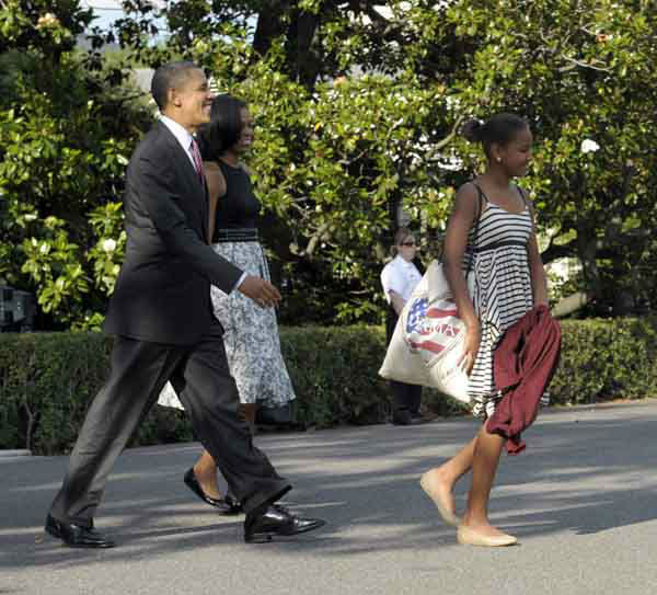 "<div class=""meta ""><span class=""caption-text "">President Barack Obama, daughter Sasha, right, and first lady Michelle Obama, second from left, walk toward Marine One on the South Lawn of at the White House in Washington, Friday, June 15, 2012. The first family is heading to Chicago for the weekend. (AP Photo/Susan Walsh) (AP Photo/ Susan Walsh)</span></div>"