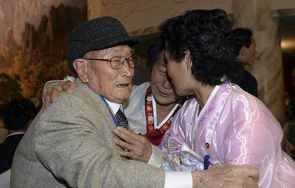 South Korean Yoo Youn-shick, 92 meets with her North Korean nieces during the Separated Family Reunion Meeting at Diamond Mountain resort in North Korea, Thursday, Feb. 20, 2014. &#40;AP Photo&#47;Korea Pool, Kim Ju-sung&#41;  KOREA OUT <span class=meta>(Photo&#47;Kim Ju-sung)</span>